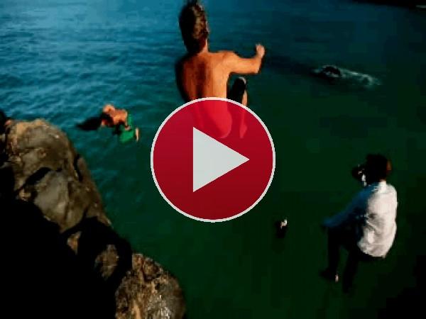 Amigos saltando al mar desde las rocas