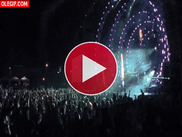 Fuegos artificiales explotando en un concierto