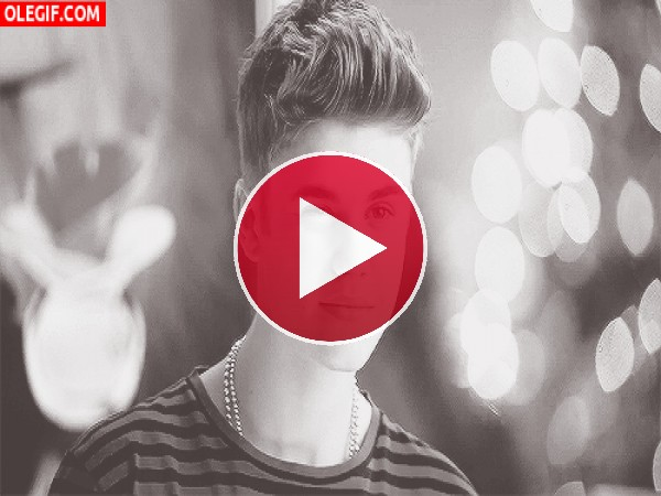 El guaperas de Justin Bieber guiñando el ojo