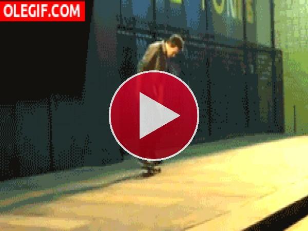 GIF: Vaya caída más tonta tiene este chico con el skate