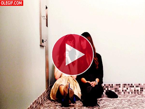 Chicas llorando en el cuarto de baño