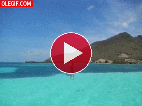 GIF: Este chico cae al mar tras subir a mucha altura con la cometa