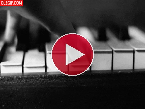 Tocando las teclas de un piano