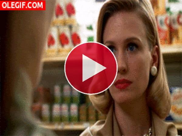 Menudo bofetón le da Betty a una mujer en el supermercado (Mad Men)