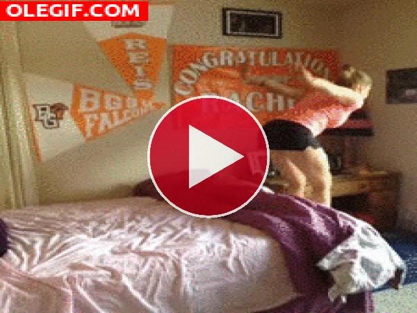 GIF: Agilidad para meterse en la cama y... porrazo