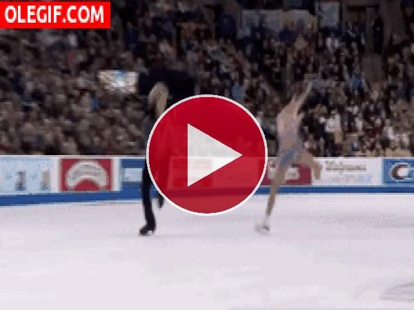 GIF: Pareja de patinaje artístico girando y girando sobre la pista