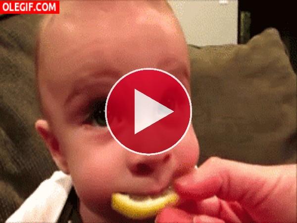 La cara de un bebé al probar por primera vez el limón