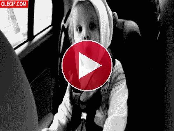 GIF: A este bebé le excita viajar en coche