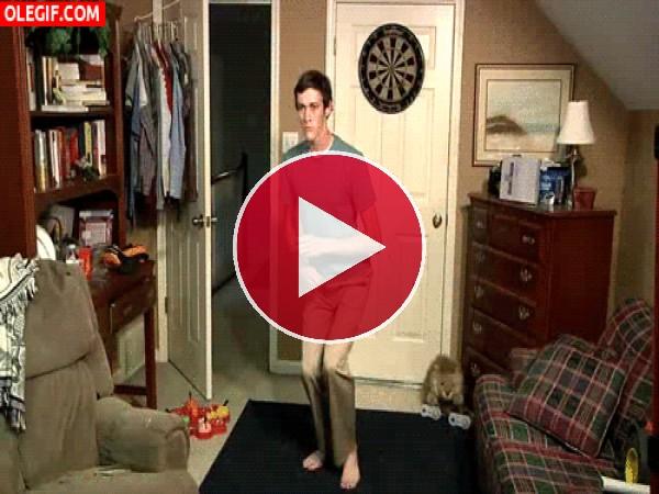 GIF: Este adolescente se lo pasa guay bailando en su habitación