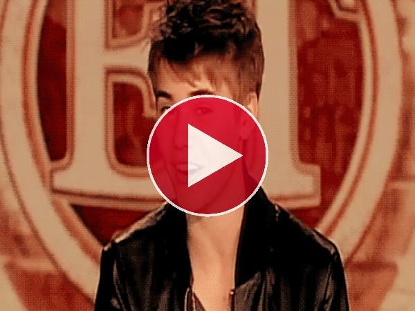 Justin Bieber enseñando dentadura y guiñando el ojo