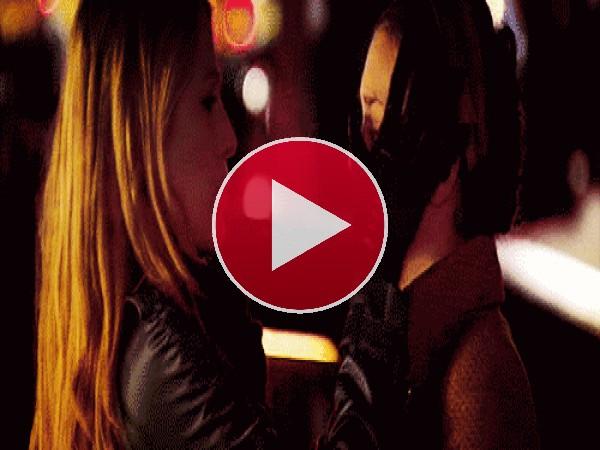 GIF: Donde hay una chica llorando... hay una amiga consolando
