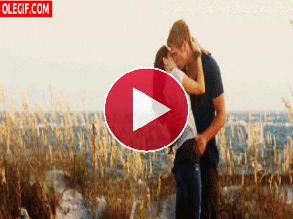 GIF: Un romántico beso