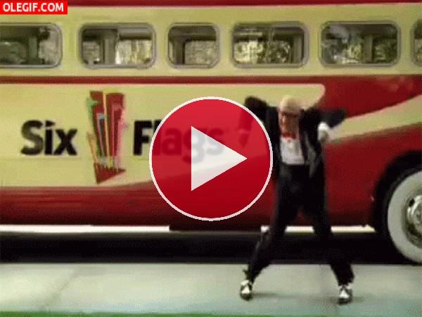 GIF: El doble de Mortadelo no puede parar de bailar