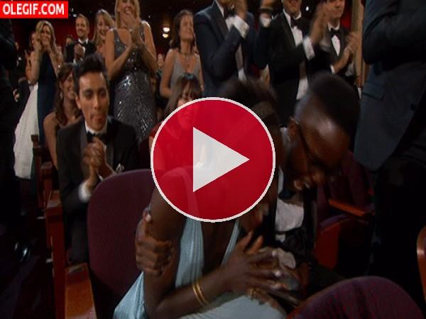 GIF: La alegría descontrolada de Lupita al recibir un Óscar