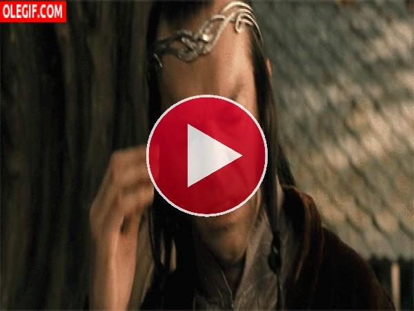GIF: Parece que a Lord Elrond le duele la cabeza