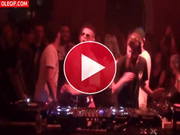 GIF: Qué bien baila el colega del DJ