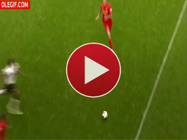 GIF: Choque de futbolistas