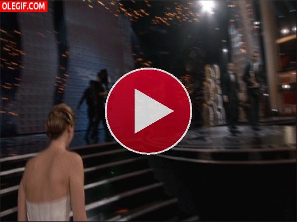 GIF: La caída de Jennifer Lawrence en los Óscar
