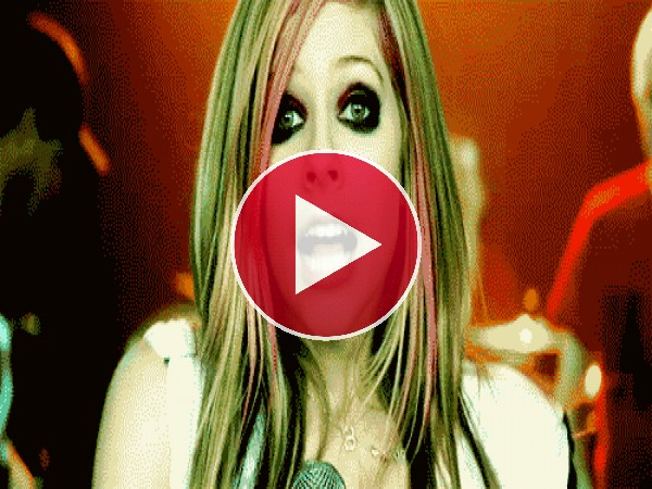 GIF: Avril Lavigne haciendo la doble peineta