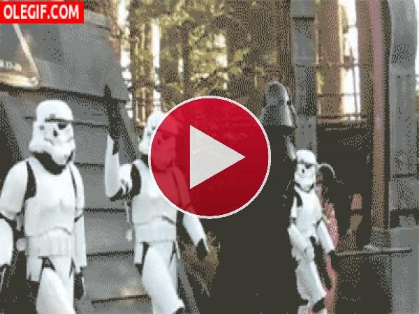 GIF: El bailecito de Darth Vader y los soldados imperiales