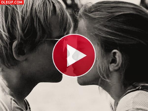 GIF: El primer beso