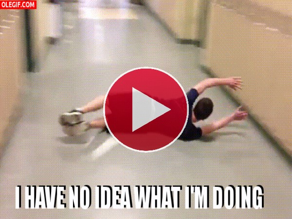 GIF: A este chico le gusta limpiar el pasillo del instituto