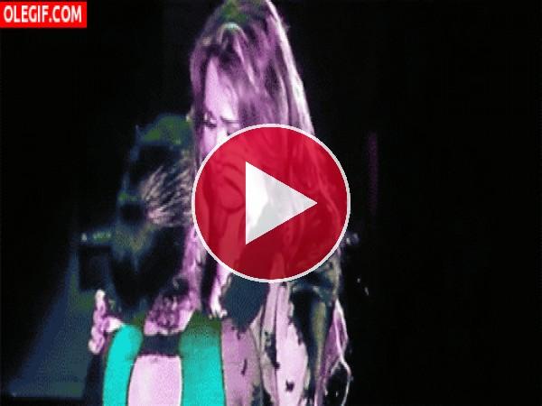 Miley Cyrus llorando sobre el escenario