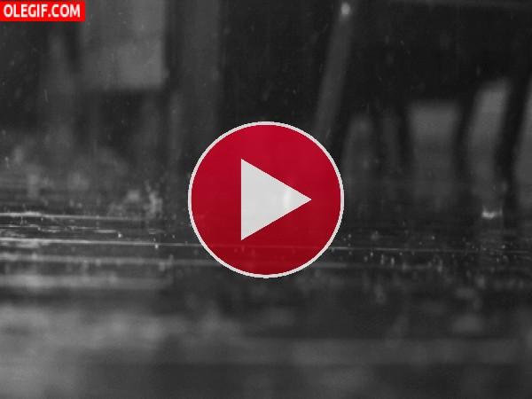 GIF: Lluvia chocando contra el suelo