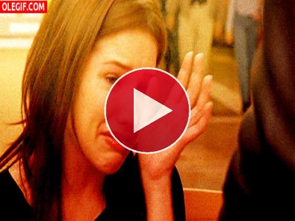 GIF: Chica llorando secándose las lagrimas