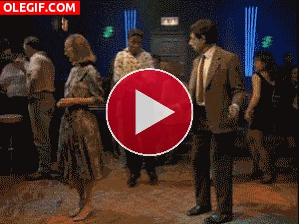 GIF: Queda claro que Mr. Bean es arrítmico