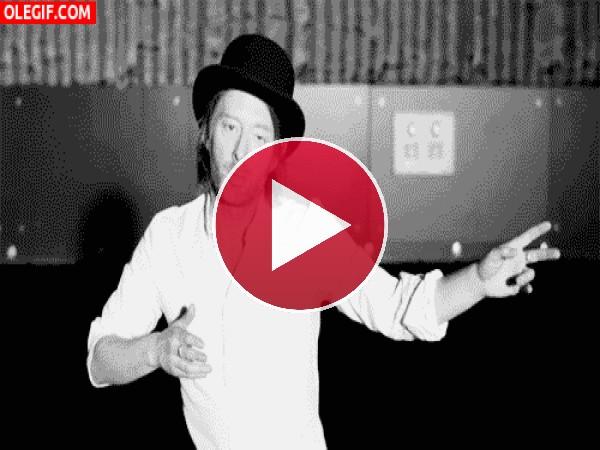 GIF: El extraño baile de Thom Yorke