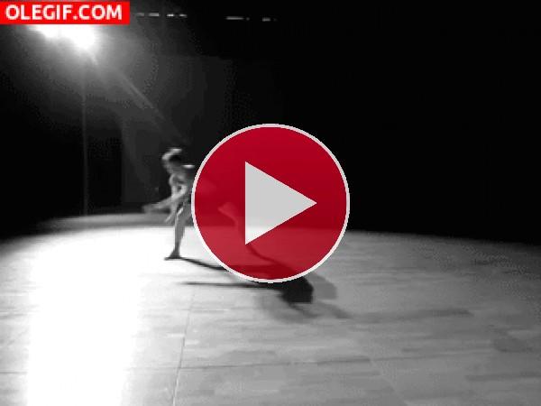Chico danzando sobre el escenario