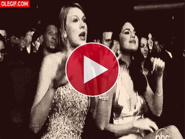 GIF: Menudas charlatanas son Selena Gomez y Taylor Swift