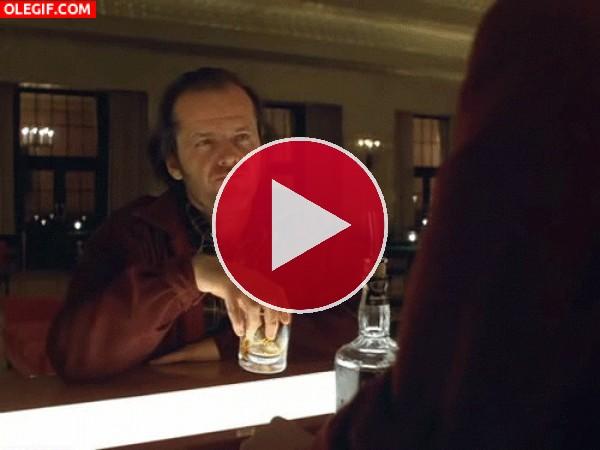 GIF: Jack Torrance meneando el whisky