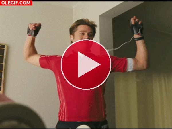GIF: Brad Pitt es chulo hasta bailando