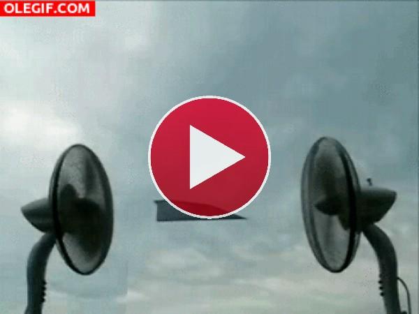 GIF: Avión de papel volando entre dos ventiladores