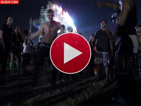 GIF: Extraños bailes en un festival de verano