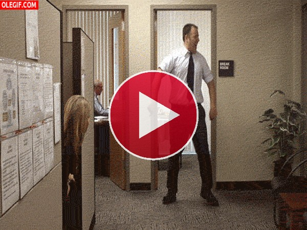 GIF: ¿Le habrán subido el sueldo y por eso baila en la oficina?