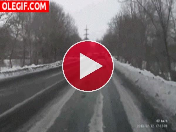 GIF: Derrapando en una carretera helada