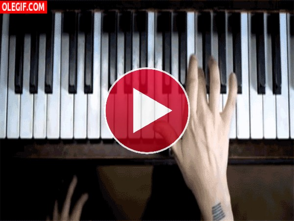 GIF: Mano haciendo sonar una melodía al piano