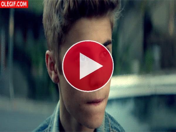 Qué sexy está Justin Bieber cuando se humedece los labios
