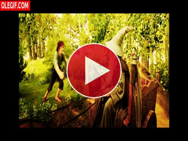 Cariñoso abrazo entre Frodo y Gandalf