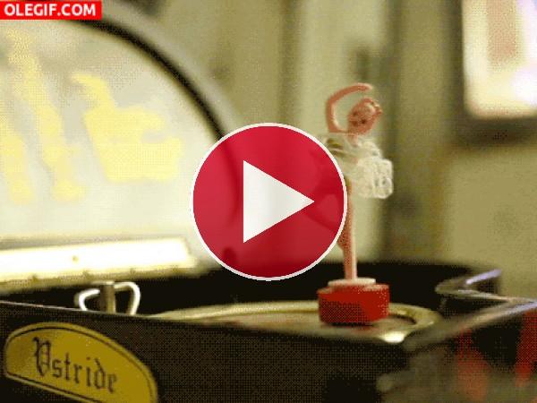GIF: Bailarina dando piruetas en una caja de música