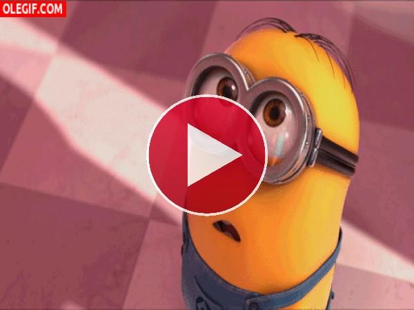 GIF: ¿Qué estará viendo este Minion para quedarse tan sorprendido?