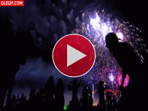 Fuegos artificiales estallando en un festival de verano