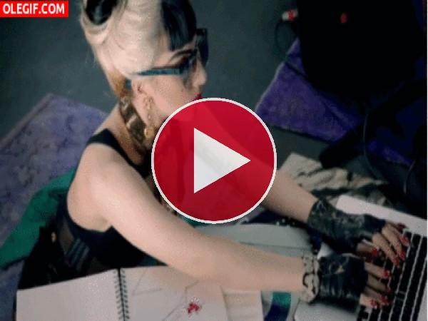 Lady Gaga se ha metido a secretaria