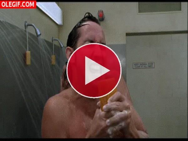 GIF: La maldición de la pastilla de jabón
