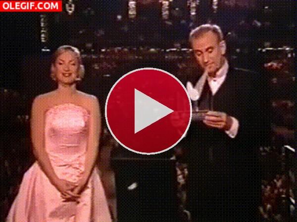 GIF: La torpeza de un presentador