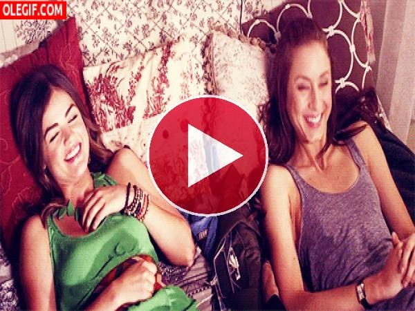GIF: Estas amigas se lo pasan pipa en la cama