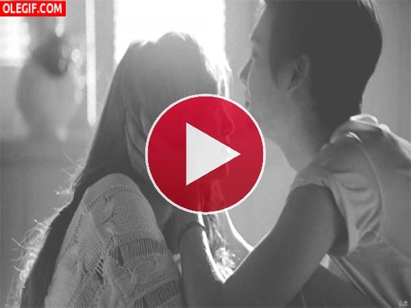 GIF: Cariñoso beso en la frente